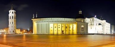 Posto della cattedrale di Vilnius su tempo di sera di inverno Fotografie Stock