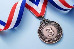 Posto della medaglia di bronzo 3 con un nastro immagini stock