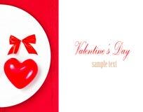 Posto della regolazione della tavola di giorno di biglietti di S. Valentino con copyspace. Cuore rosso sopra Fotografia Stock Libera da Diritti