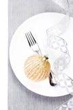 Posto della regolazione della tavola di Natale con gli ornamenti e l'argento festivi Immagini Stock Libere da Diritti