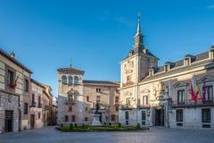 Posto della villa con la città storica della costruzione di Madrid Immagini Stock