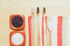 Posto di bamb? naturale amichevole dello spazzolino da denti di eco di vista superiore sui piatti di legno e sul dentifricio in p immagini stock libere da diritti