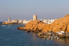 Posto di guardia e faro nella baia di Sur, Oman Immagine Stock