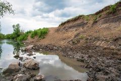 Posto di innaffiatura, tracce di hoofs delle mucche e cavalli nella valle del fiume Erbivori fotografia stock libera da diritti