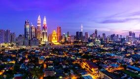 Posto di Kuala Lumpur Cityscape Landmark Travel del giorno della Malesia 4K all'intervallo di notte stock footage