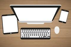 Posto di lavoro ad una tavola di legno Monitor, tastiera, topo del computer, compressa e smartphone royalty illustrazione gratis