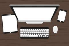 Posto di lavoro ad una tavola di legno Monitor, tastiera, topo del computer, compressa e smartphone illustrazione di stock