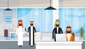 Posto di lavoro arabo dell'ufficio di affari di Group Traditional Clothes dell'uomo d'affari arabo della gente Fotografia Stock