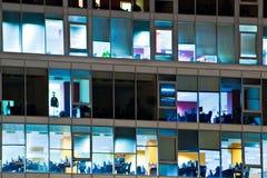 Posto di lavoro attraverso le finestre fotografia stock libera da diritti