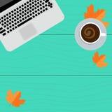 Posto di lavoro di autunno Computer portatile, caffè e foglie di giallo su un fondo di legno Immagine Stock
