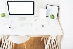 Posto di lavoro bianco con il computer vuoto Immagine Stock Libera da Diritti