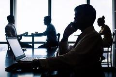 Posto di lavoro con gli impiegati che mangiano caffè Immagini Stock Libere da Diritti