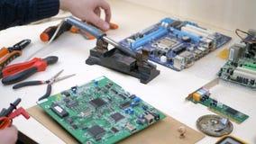 Posto di lavoro con i componenti elettronici nell'officina di elettronica stock footage