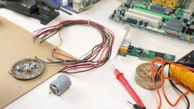 Posto di lavoro con i componenti elettronici nell'officina di elettronica archivi video