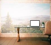 Posto di lavoro con il computer portatile bianco in bianco Immagini Stock