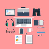 Posto di lavoro con il computer portatile su fondo rosa Fotografie Stock Libere da Diritti
