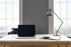 Posto di lavoro con il computer portatile vuoto Immagini Stock