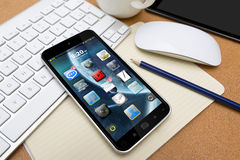 Posto di lavoro con il telefono cellulare Fotografia Stock