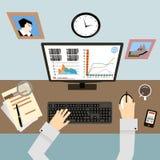Posto di lavoro con le mani e Infographic in piano Fotografia Stock Libera da Diritti