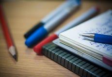 Posto di lavoro con le penne, la matita ed il blocco note, diario Fotografia Stock