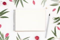 Posto di lavoro con un modello del blocco note, della matita e del fogliame Fotografia Stock