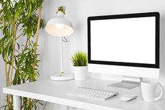Posto di lavoro creativo moderno del progettista con il computer dello scrittorio sulla tavola bianca fotografie stock