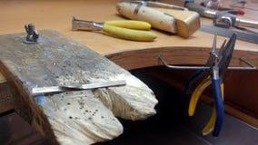 Posto di lavoro dei gioielli Il processo di fabbricazione ed elaborazione degli anelli di oro bianco Lavoro del gioielliere della immagini stock libere da diritti