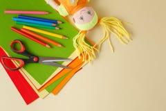 Posto di lavoro del materiale illustrativo dei bambini di vista superiore con gli accessori creativi Fotografia Stock