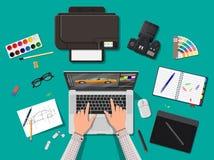 Posto di lavoro del progettista Desktop dell'illustratore con gli strumenti Fotografie Stock Libere da Diritti