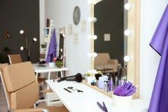 Posto di lavoro del ` s del parrucchiere in salone Immagini Stock