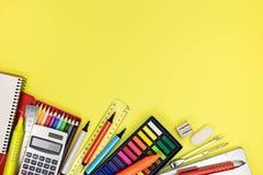 Posto di lavoro dell'allievo con le matite multicolori e pitture e l'altra s Fotografia Stock
