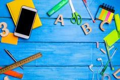 Posto di lavoro dell'allievo della scuola su una tavola di legno blu Disordine creativo, penne sparse e matite Posto per testo, n Fotografia Stock