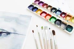 Posto di lavoro dell'artista con gli strumenti di disegno Fotografia Stock