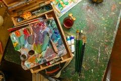 Posto di lavoro dell'artista con le spazzole e le pitture ad olio Fotografie Stock Libere da Diritti