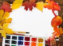 Posto di lavoro dell'artista Sheet di carta, di pitture, delle spazzole e dell'autunno Immagini Stock