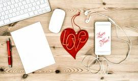 Posto di lavoro dell'ufficio con cuore rosso Rosa rossa immagini 3d isolate su priorità bassa bianca Fotografie Stock