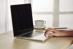 Posto di lavoro dell'ufficio con il computer aperto della compressa del modello del computer portatile Fotografie Stock Libere da Diritti