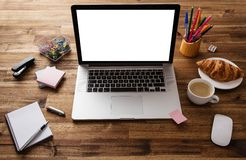 Posto di lavoro dell'ufficio con il computer portatile immagine stock libera da diritti