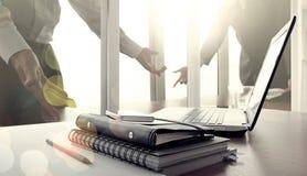 Posto di lavoro dell'ufficio con il computer portatile e lo Smart Phone dello schermo in bianco Immagini Stock Libere da Diritti
