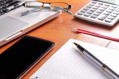 Posto di lavoro dell'ufficio con il computer portatile e lo Smart Phone sulle tavole di legno Fotografie Stock Libere da Diritti
