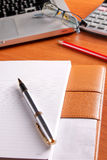 Posto di lavoro dell'ufficio con il computer portatile e lo Smart Phone sulle tavole di legno Immagine Stock