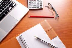 Posto di lavoro dell'ufficio con il computer portatile e lo Smart Phone sulle tavole di legno Fotografia Stock Libera da Diritti