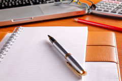 Posto di lavoro dell'ufficio con il computer portatile e lo Smart Phone sulle tavole di legno Immagini Stock Libere da Diritti
