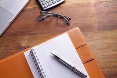 Posto di lavoro dell'ufficio con il computer portatile e lo Smart Phone sulle tavole di legno Fotografie Stock