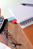 Posto di lavoro dell'ufficio con il computer portatile e lo Smart Phone sulle tavole di legno Immagine Stock Libera da Diritti