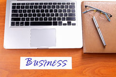 Posto di lavoro dell'ufficio con il computer portatile e lo Smart Phone sulle tavole di legno Immagini Stock