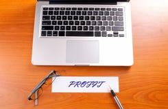 Posto di lavoro dell'ufficio con il computer portatile e lo Smart Phone sulle tavole di legno Fotografia Stock