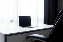 Posto di lavoro dello scrittorio con il computer portatile sull'ufficio bianco della tavola a casa fotografie stock libere da diritti