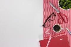 Posto di lavoro dello stilista Tavola bianca moderna della scrivania con immagine stock