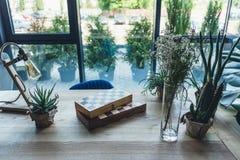 Posto di lavoro dello studio con le scacchiere, gli strumenti artistici del lavoro e le piante verdi Fotografie Stock
